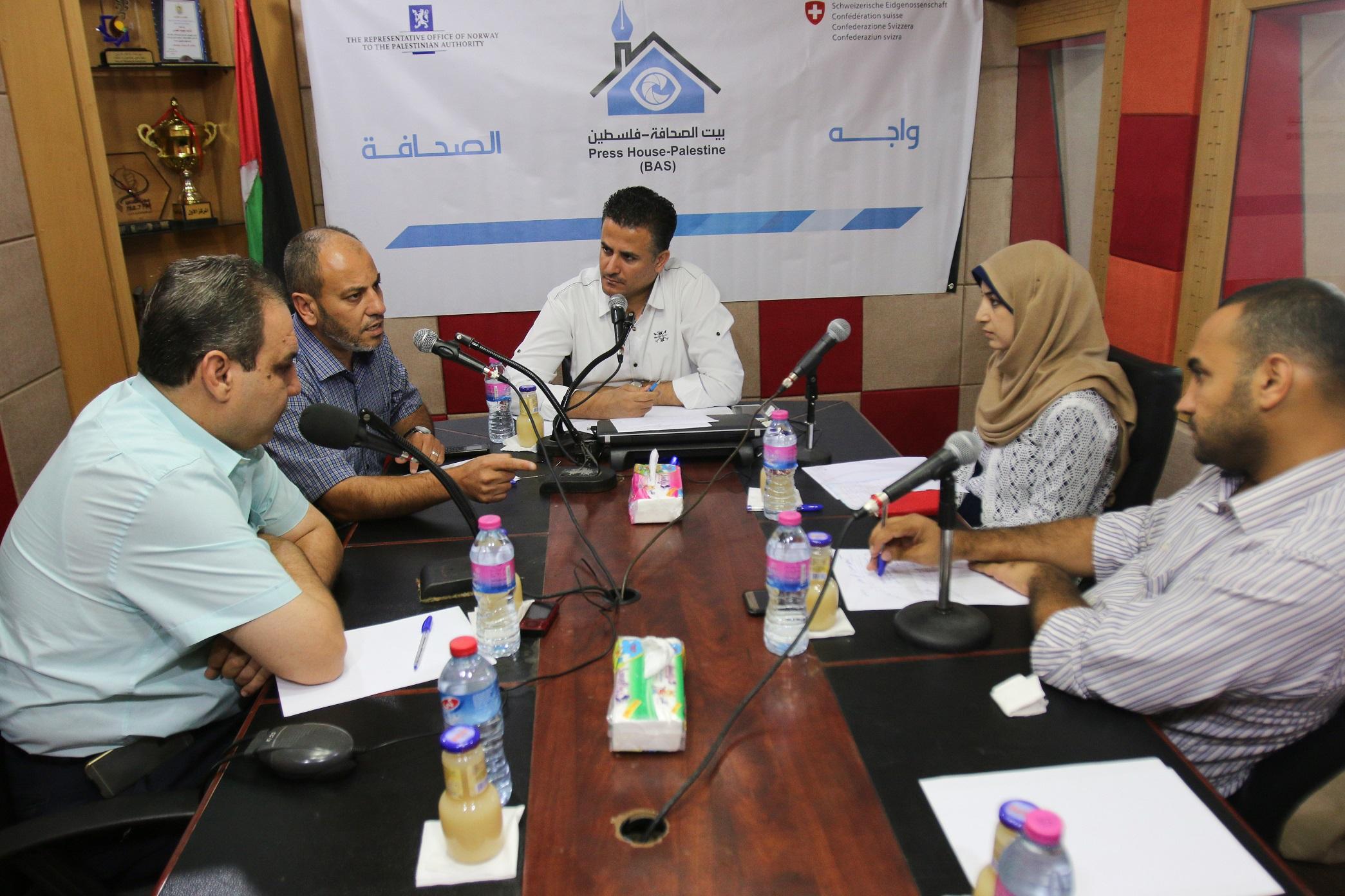 عبر إذاعة القدس ..بيت الصحافة تنظم لقاء واجه الصحافة بعنوان 'الاقتصاد والمطاعم' بغزة على الهواء مباشرة