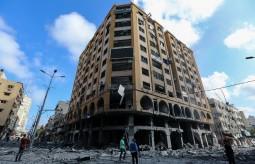 آثار الدمار جراء القصف الإسرائيلي لبرج الجوهرة بمدينة غزة