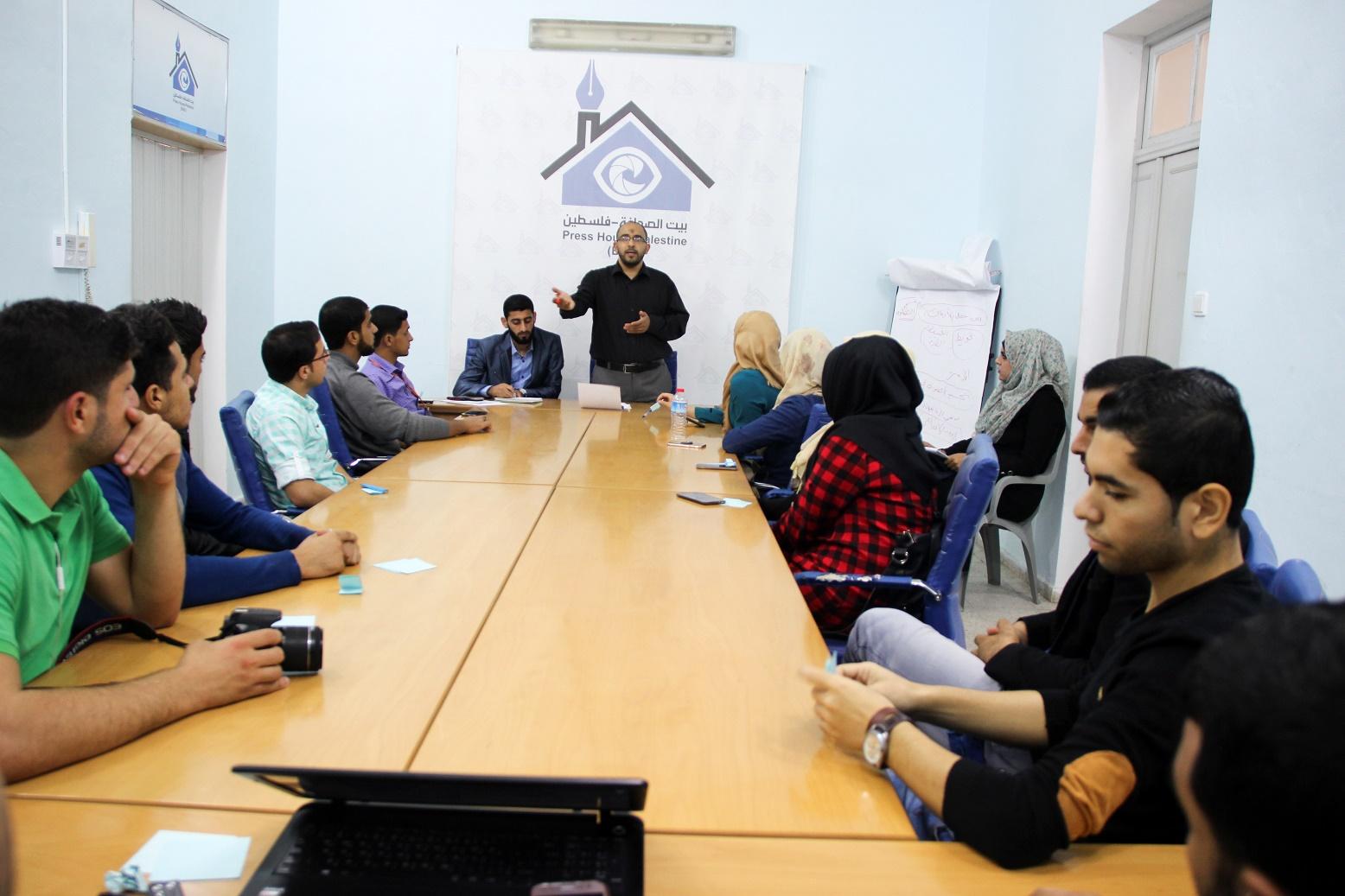 بالتعاون مع بيت الصحافة .. كلية الاعلام بجامعة الاقصى تنظم ورشة عمل حول العلاقات العامة