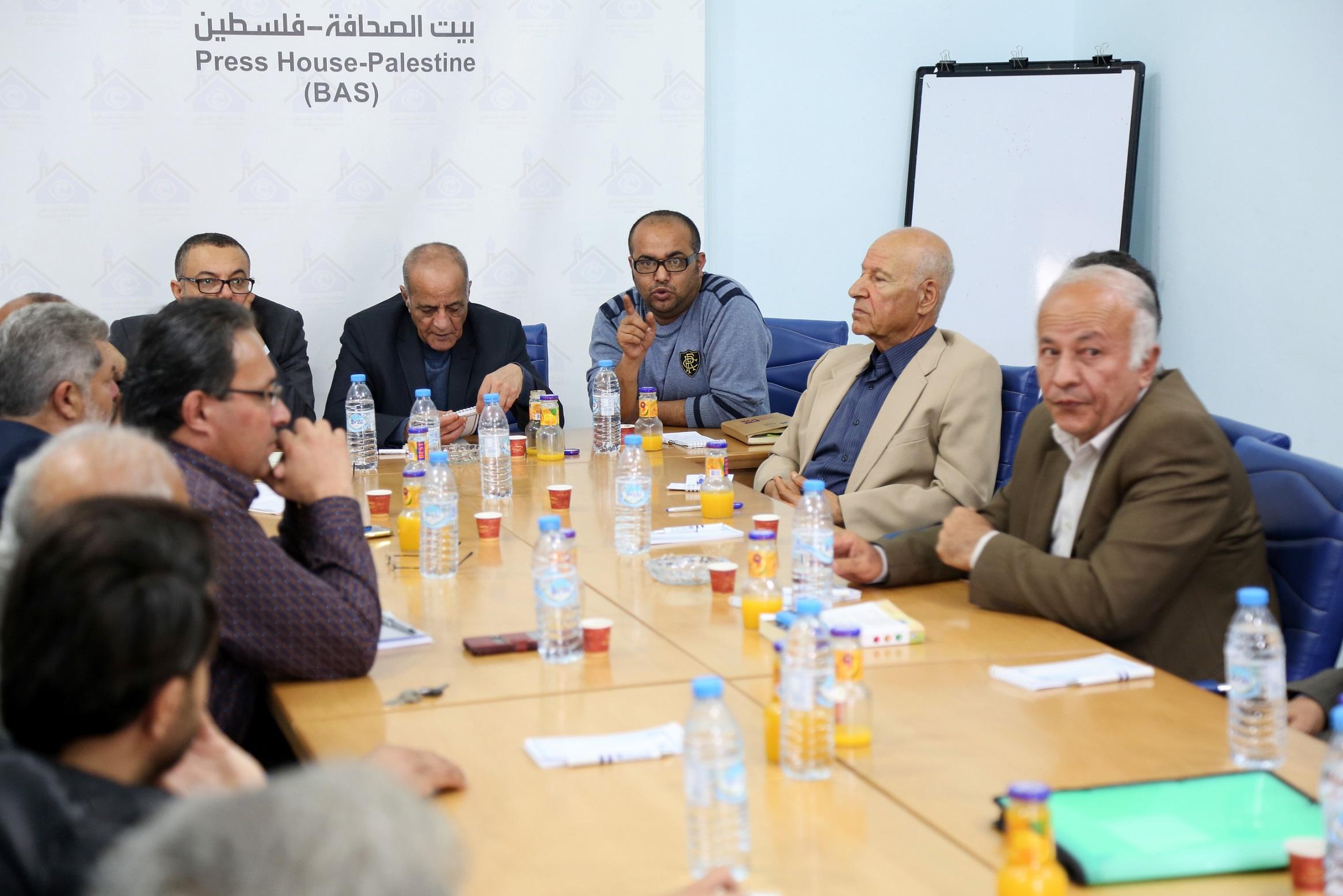 كتُاب غزة يحتفلون باليوم العالمي للكتاب وحقوق المؤلف في بيت الصحافة