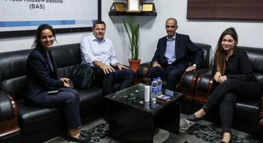 السفير السويسري في الأراضي الفلسطينية يزور بيت الصحافة