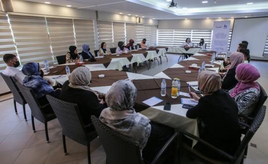 """جلسة نقاش حول تعزيز المشاركة السياسية الفاعلة للنساء والشباب في أماكن صنع القرار"""""""