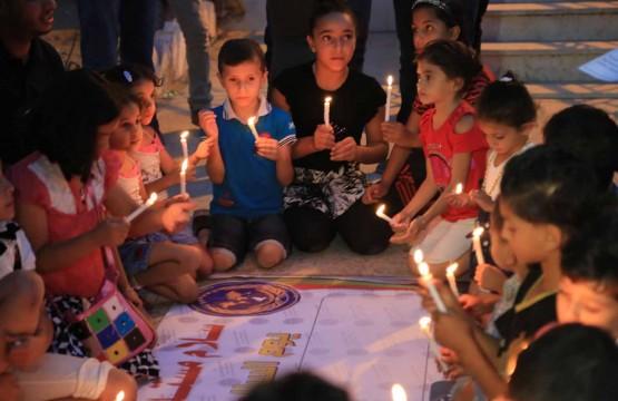 أطفال غزة يضيئون الشموع في يوم السلام العالمي بمقر بيت الصحافة