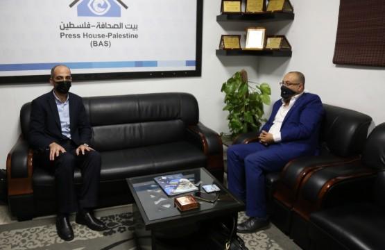 وزير الثقافة الفلسطيني يزور بيت الصحافة
