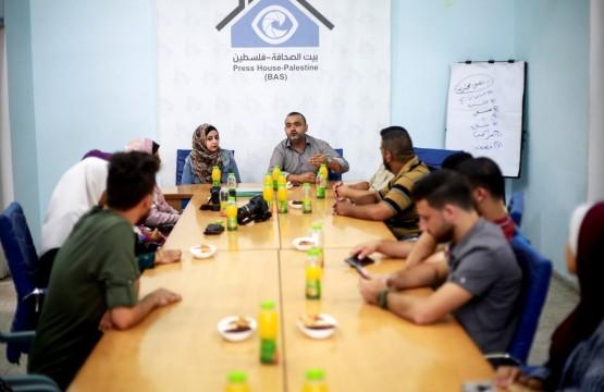 تسليم شهادات دورة التصوير الصحفي الفوتوغرافي