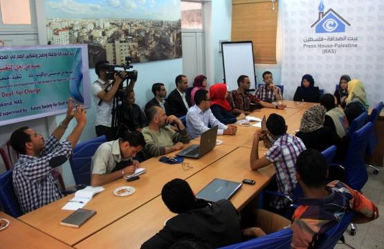 مجموعة من الصحفيين وذوي الإعاقة السمعية لتسليط الضوء على مشاكلهم