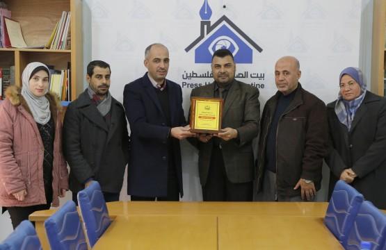 دائرة العلاقات العامة والاعلام بوزارة الصحة بغزة تكرم بيت الصحافة