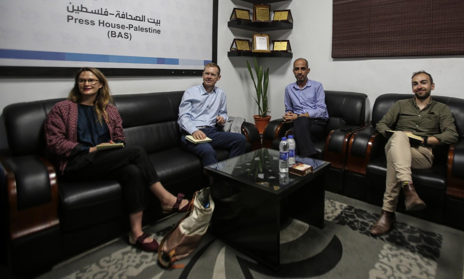 السفير الإيرلندي ونائبه في الأراضي الفلسطينية يزور بيت الصحافة