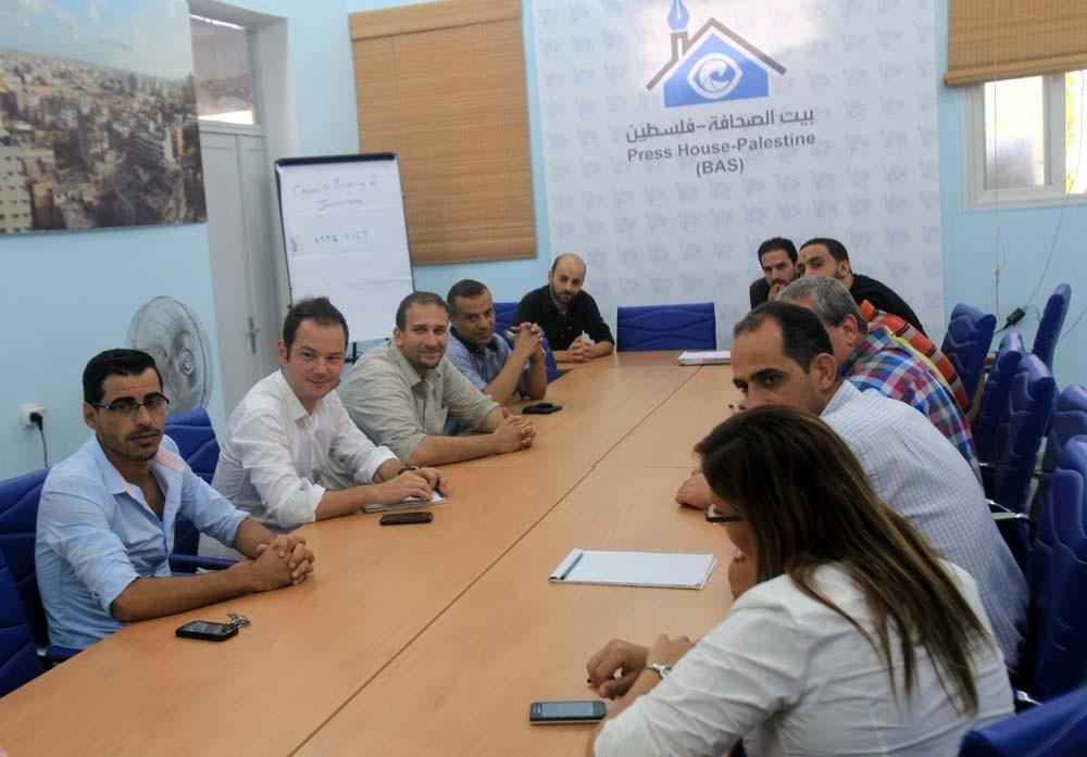 مدير الإعلام في الصليب الأحمر يزور بيت الصحافة