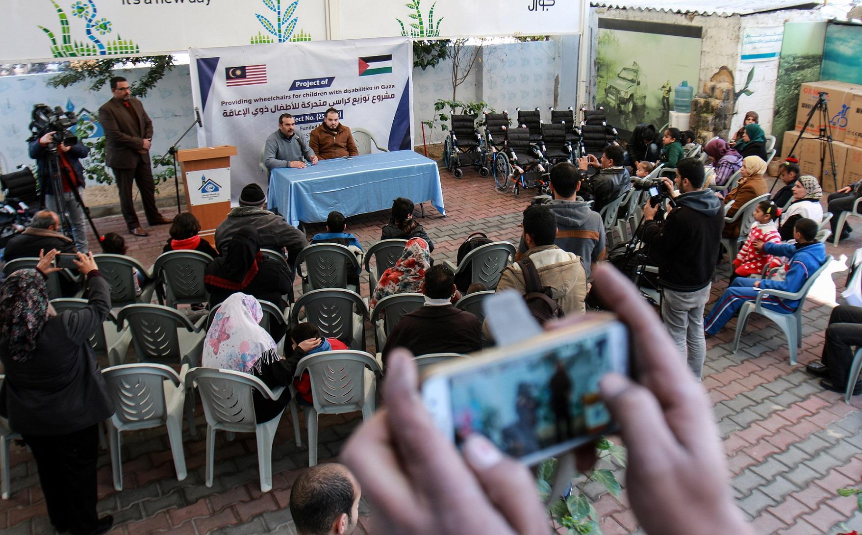بيت الصحافة يستضيف فعالية توزيع كراسي متحركة على الأطفال ذوي الاعاقة