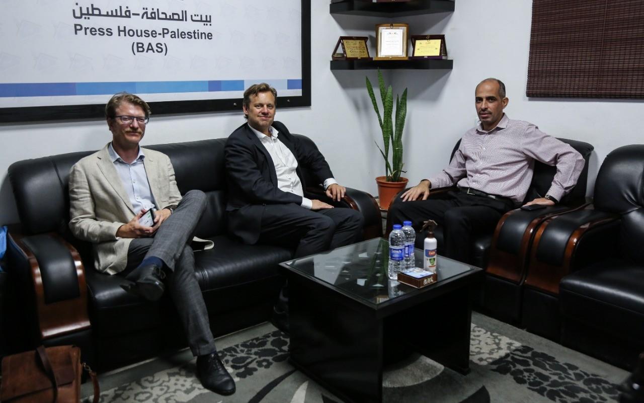 نائب السفير النرويجي في الأراضي الفلسطينية يزور بيت الصحافة