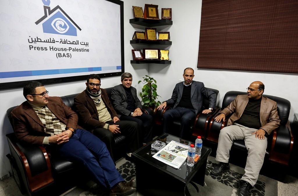 وفد من الاعلام الحكومي بغزة يزور بيت الصحافة
